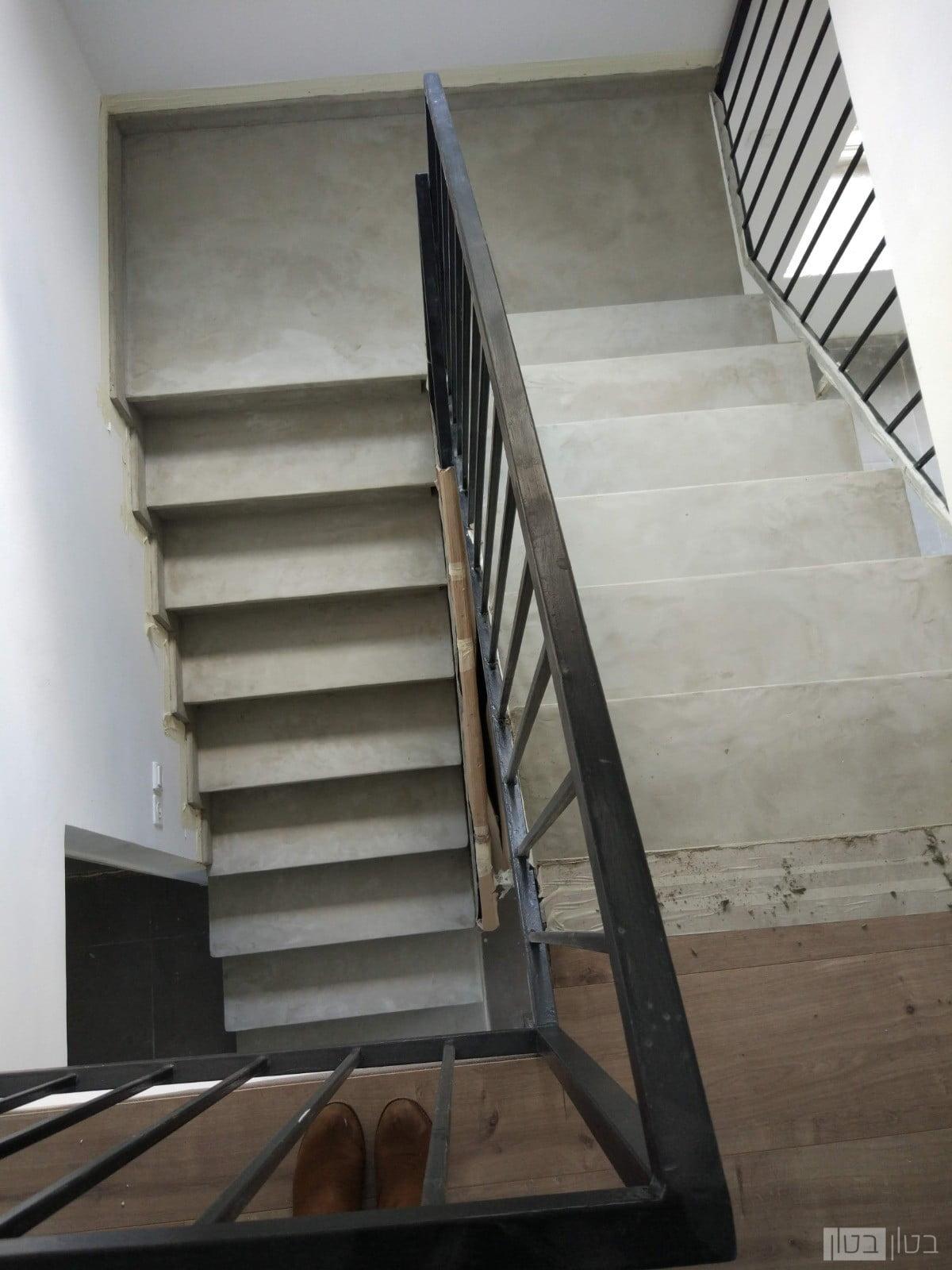 מדרגות בציפוי בטון מוחלק