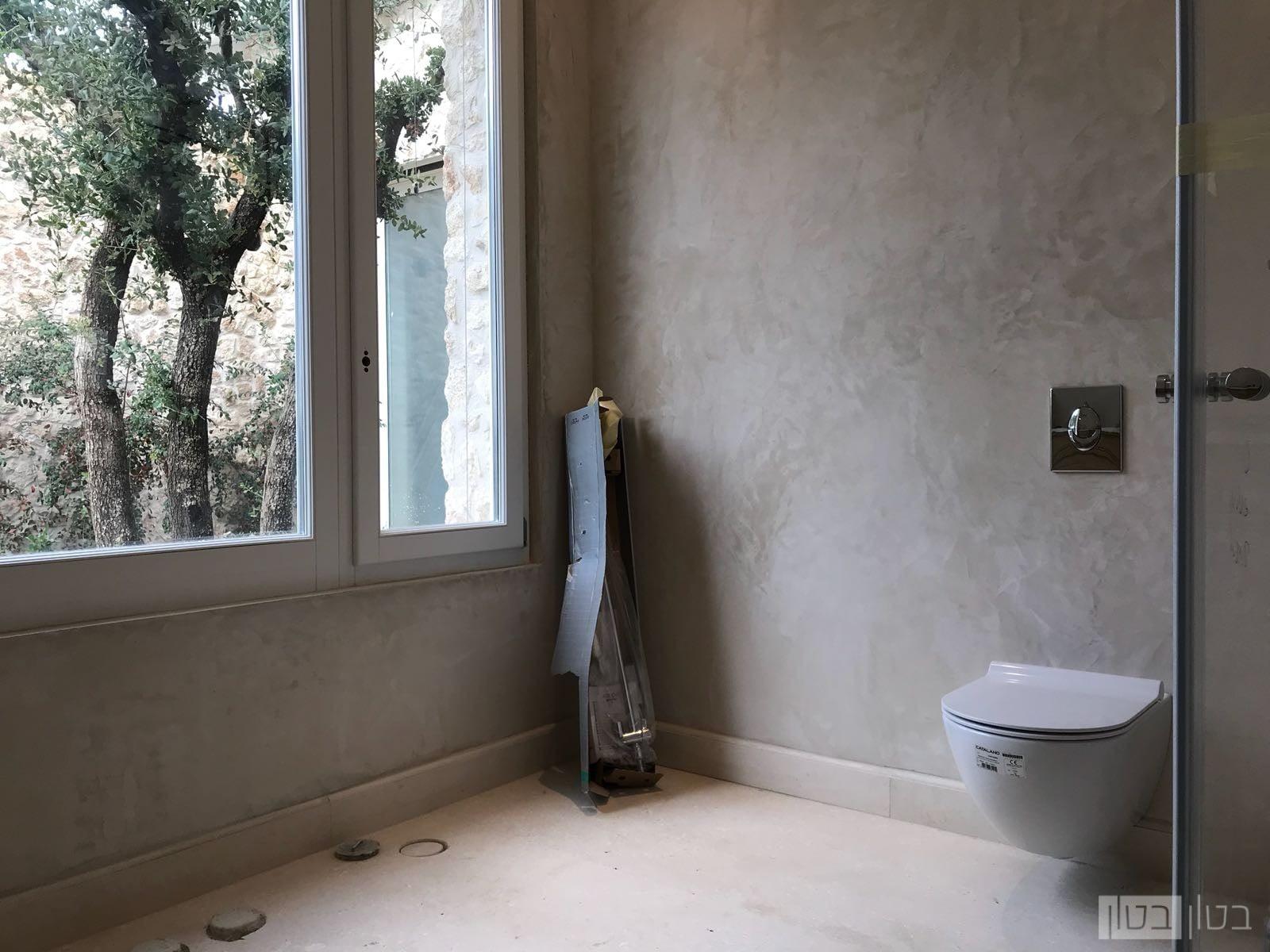 חדר אמבטיה במראה נקי אלגנטי
