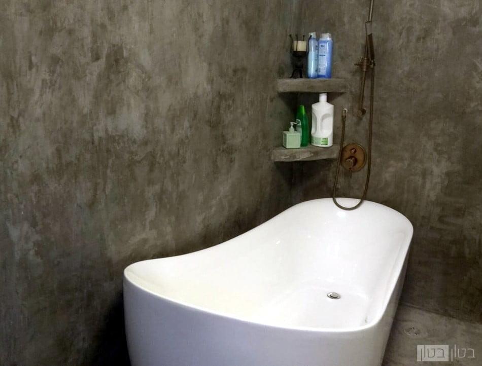 קירות אמבטיה בחיפוי בטון צרוב
