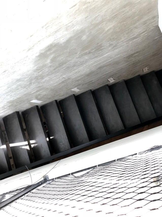 מדרגות שחורות מודרניות בציפוי מיקרוטופינג