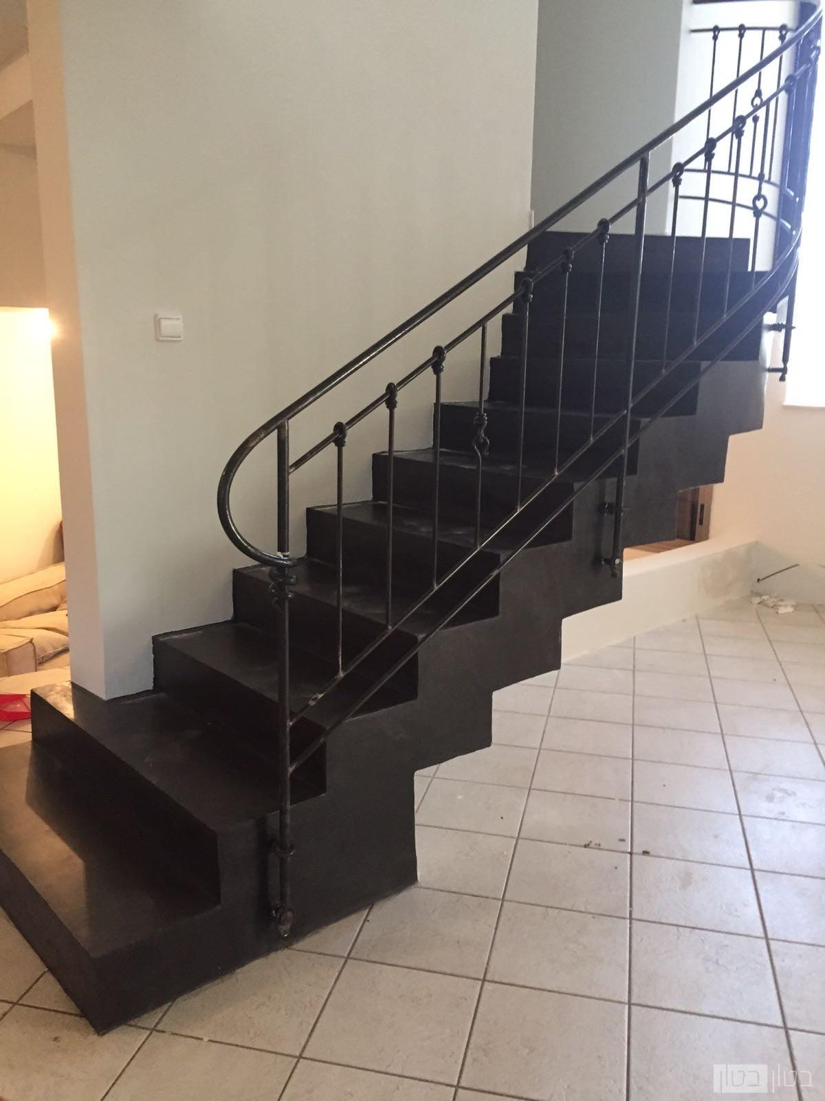 מדרגות בטון שחורות בצפוי דק