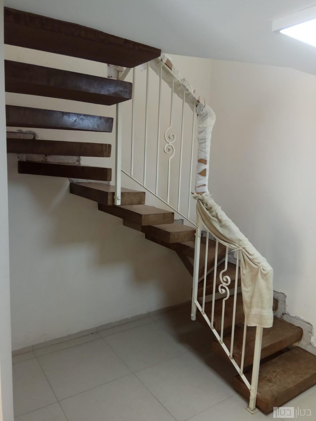 שכבת דקה של בטון בגוון חום על מדרגות