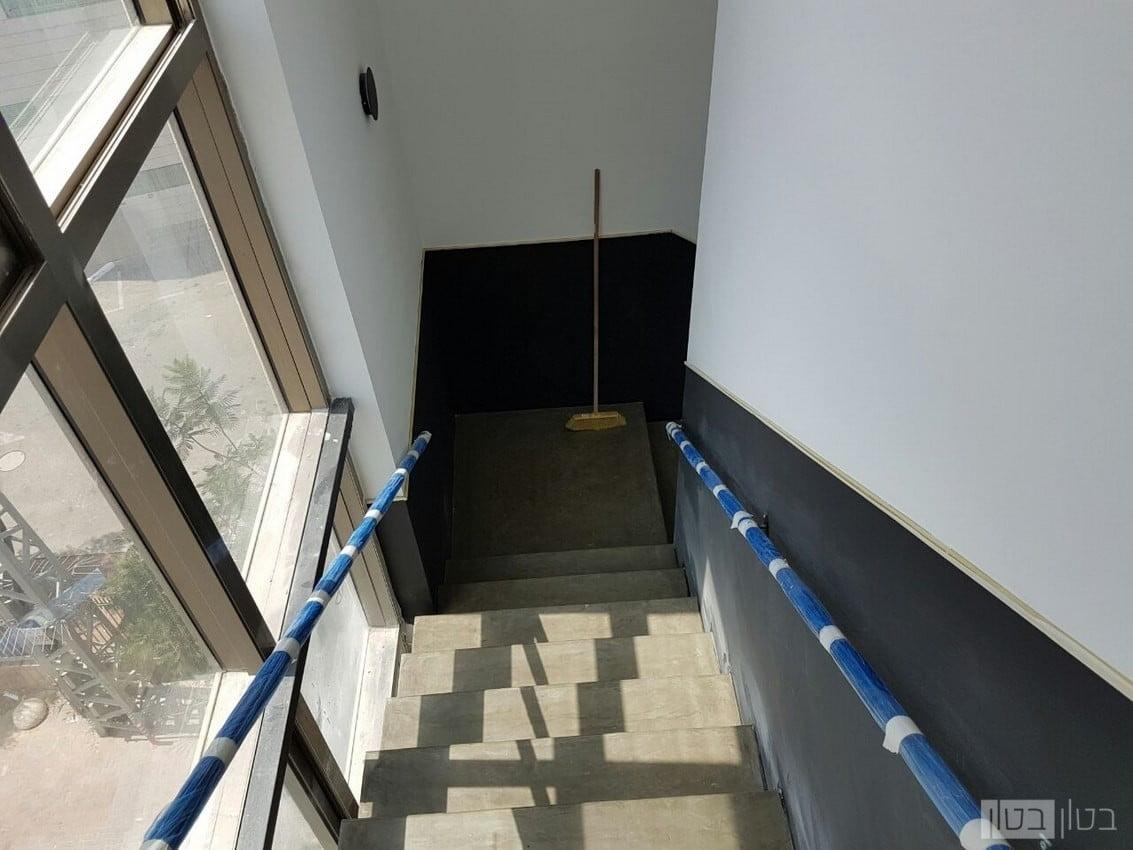 מדרגות בטון בגוון טבעי