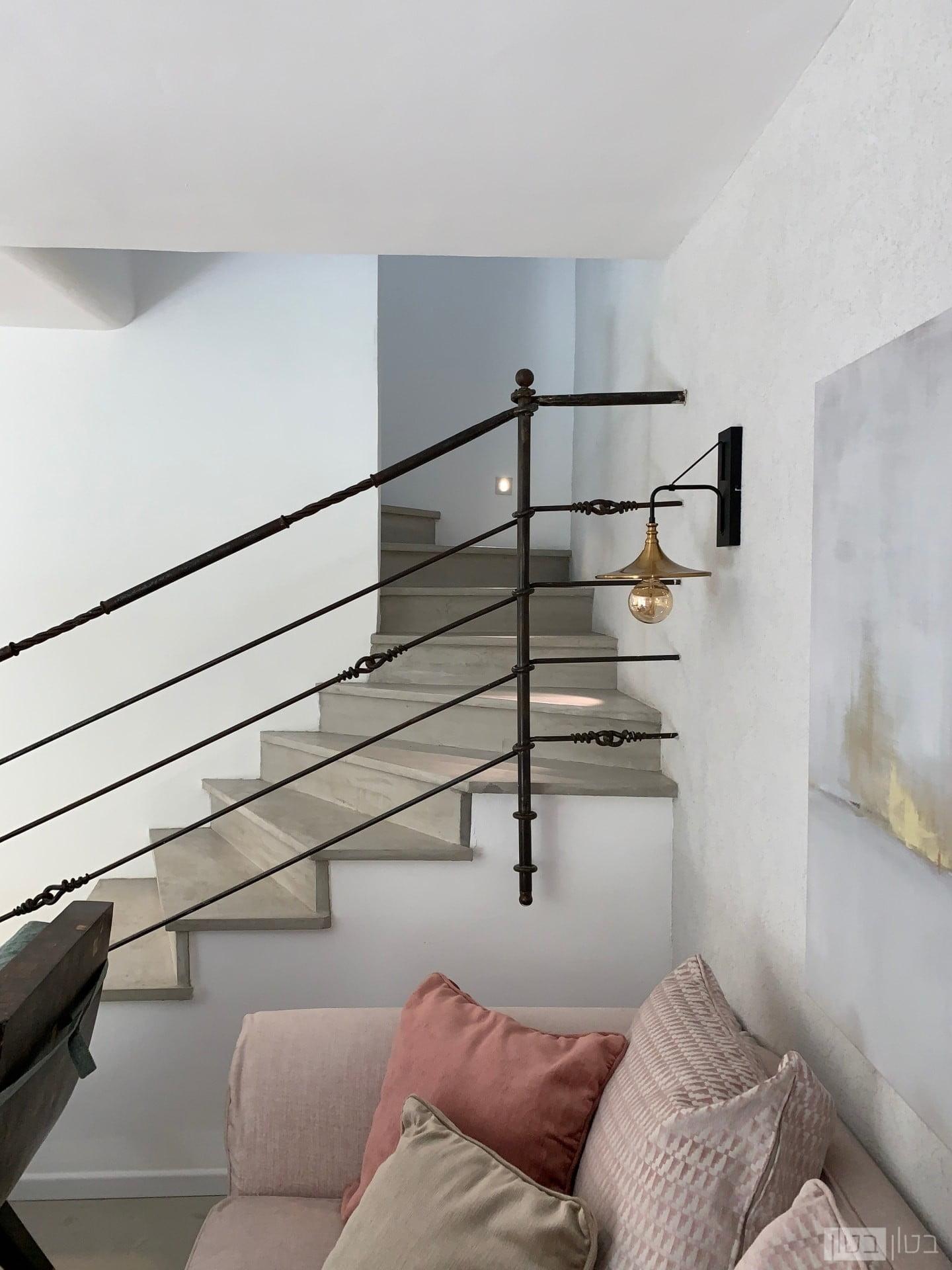 מדרגות בטון בסלון