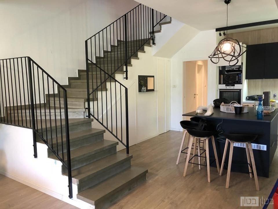 מדרגות בטון בגוון כהה