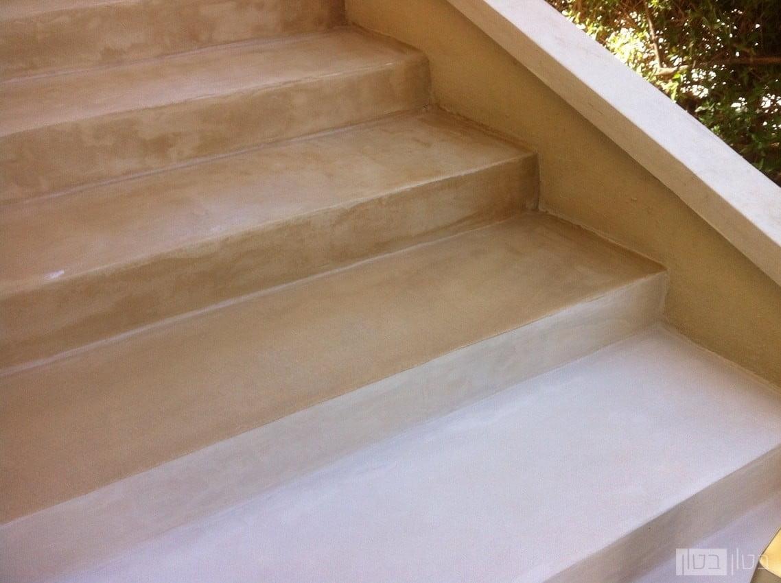 מדרגות בחיפוי מיקרוטופינג בגוון חול מדבר