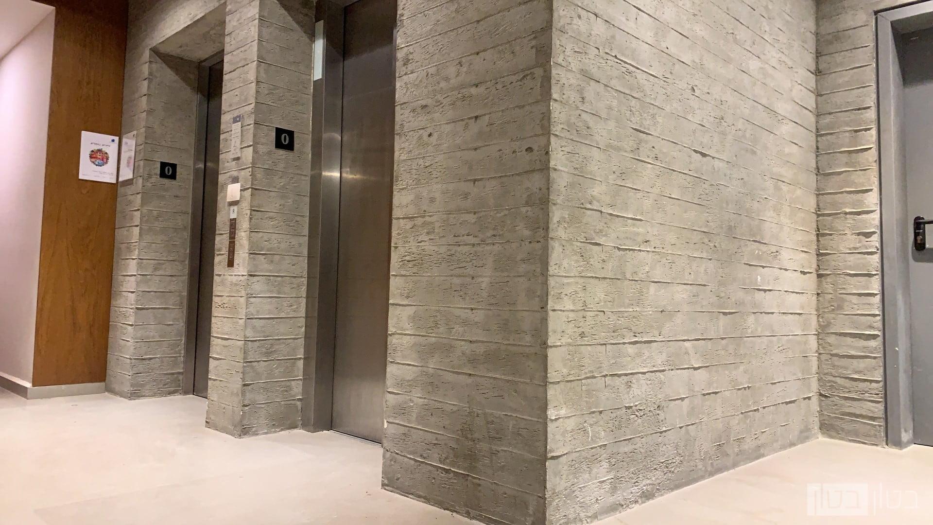 טפסנות קיר בטון חשוף