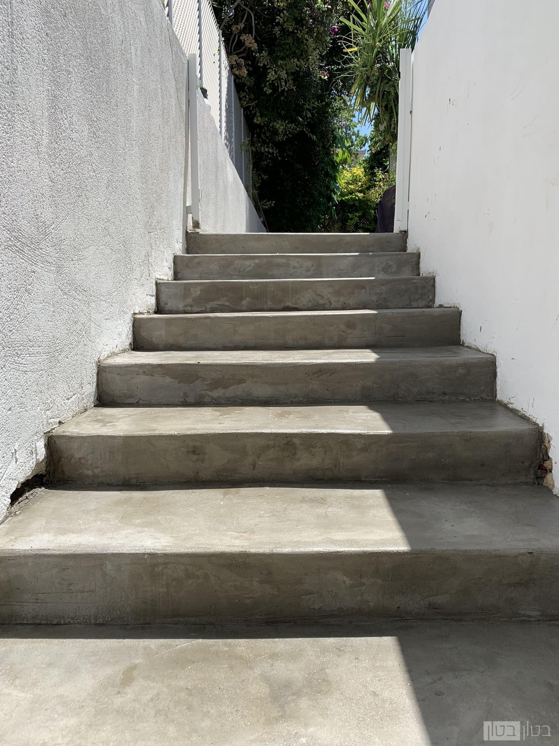 מדרגות כניסה חיצוניות