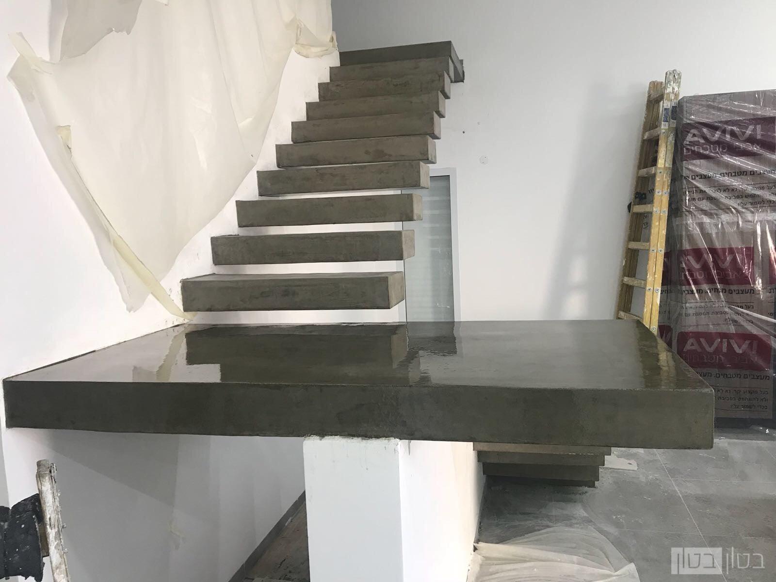מדרגות מרחפות בחיפוי מיקרוטופינג