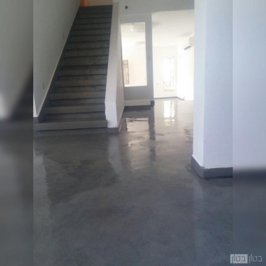 רצפה ומדרגות בחיפוי מיקרוטופינג