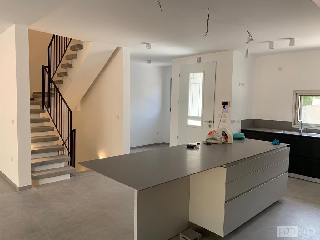 מדרגות בטון מעוצבות בצע אפור