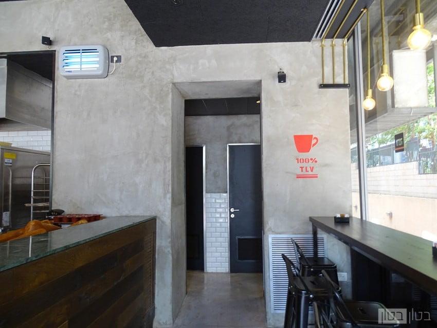 חיפוי בטון בבית קפה חדרי שרותים