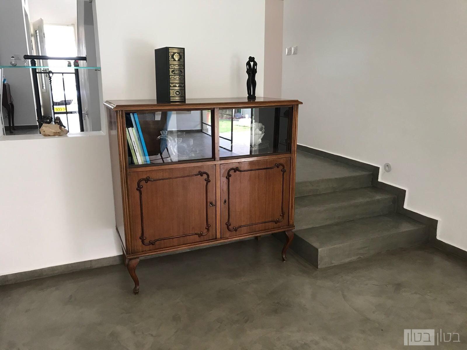רצפה ומדרגות בציפוי בטון
