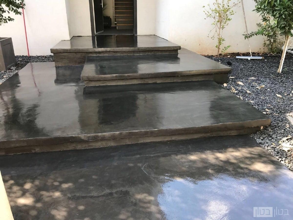 מדרגות כניסה בציפוי בטון