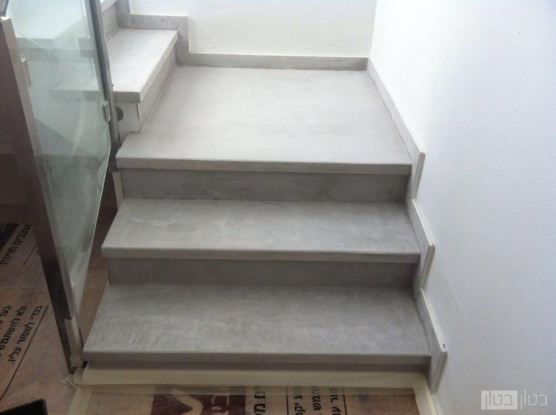 מיקרוטופינג על מדרגות בגוון אפור בהיר