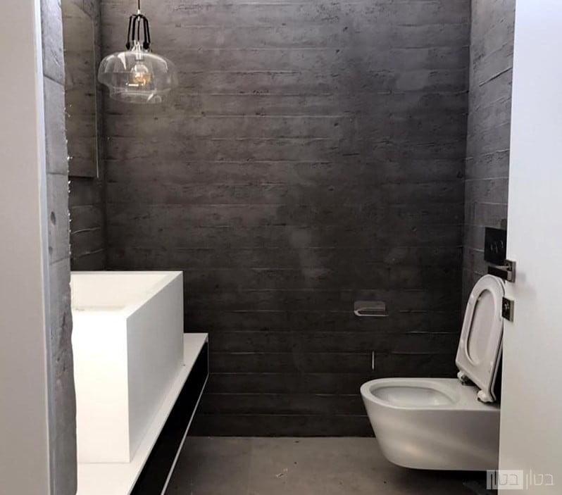 קירות בטון חשוף בשירותים