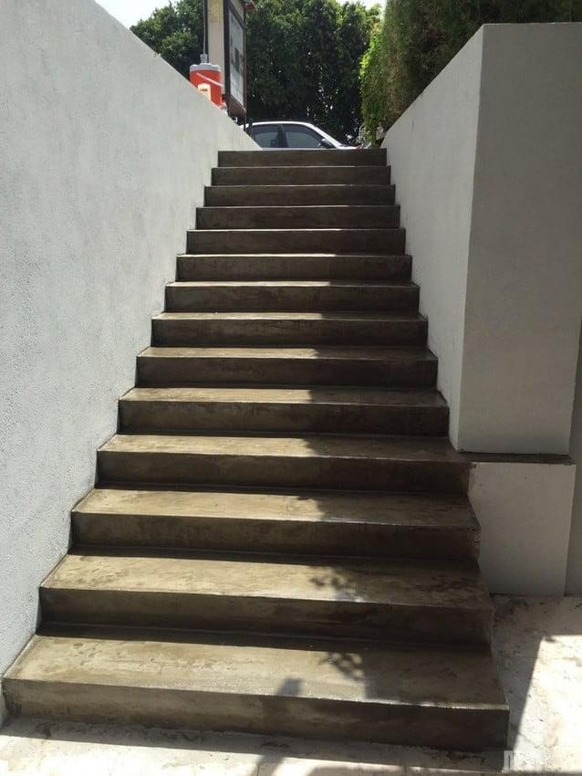 מדרגות חיצוניות בציפוי בטון דק