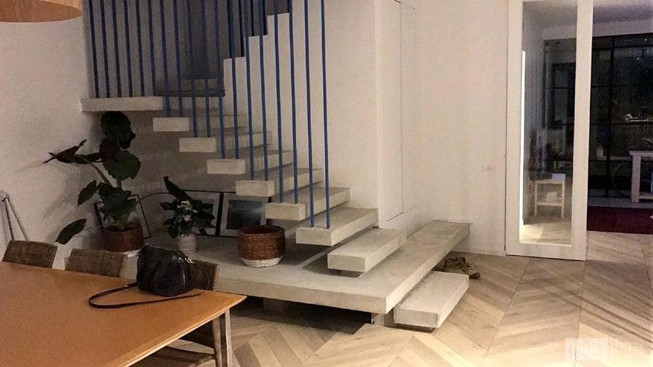 מדרגות מודרניות בחיפוי בטון דק
