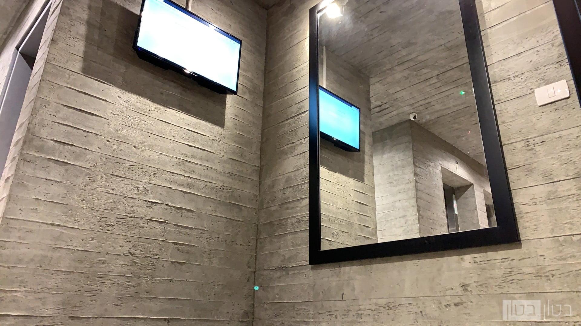 קיר בטון לובי בניין
