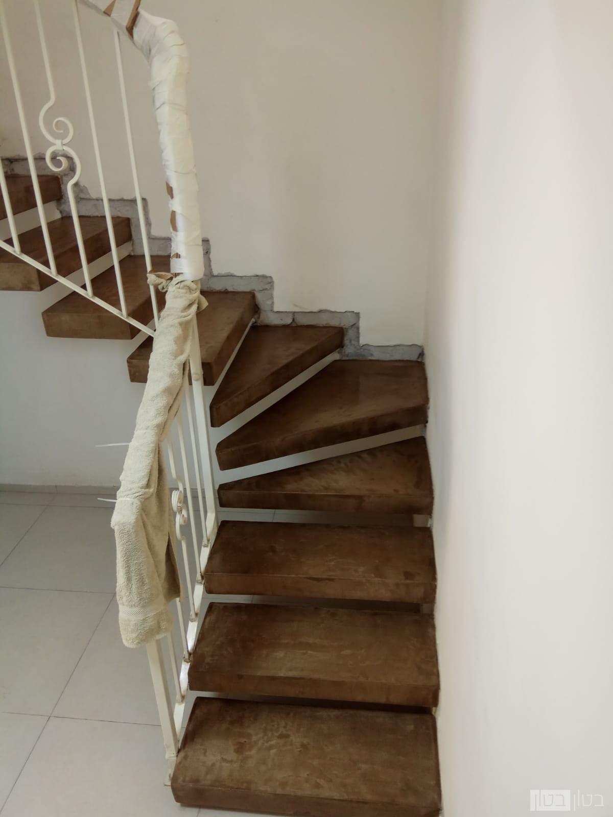 ציפוי מדרגות בטון בגוון אדמה