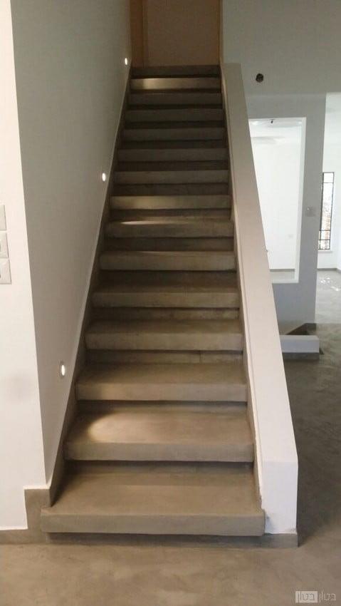 מדרגות בבית מגורים מצופות במיקרוטופינג