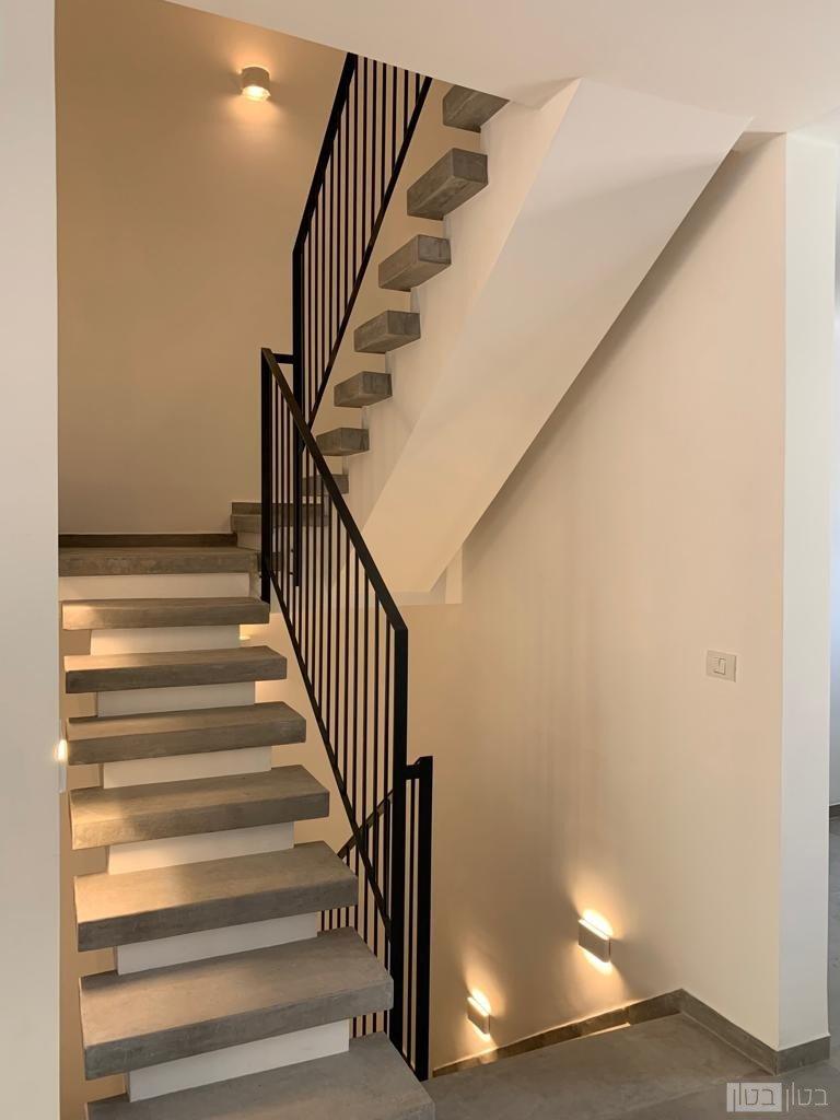 מדרגות מעוצבות ומצופות במיקרוטופינג