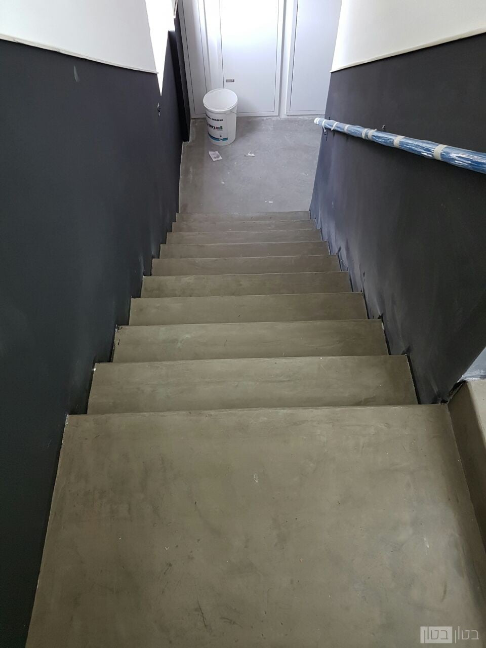 חיפוי מדרגות במיקרוטופינג בבניין