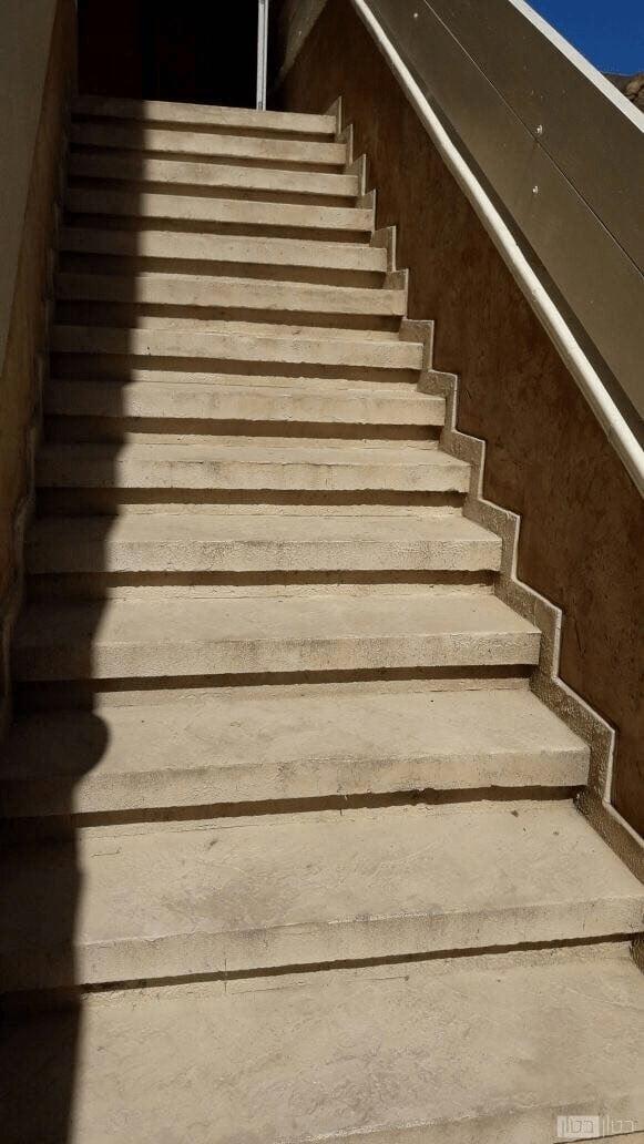 מדרגות בטון בבניין משרדי
