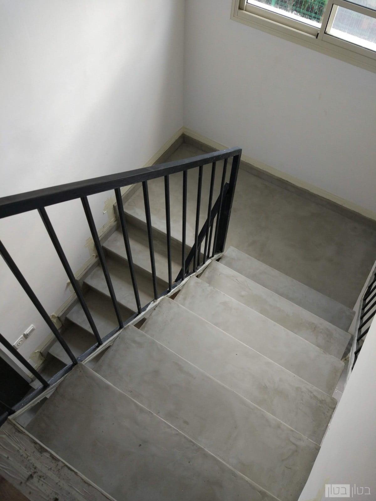 מדרגות מצופות בשכבת מיקרוטופינג