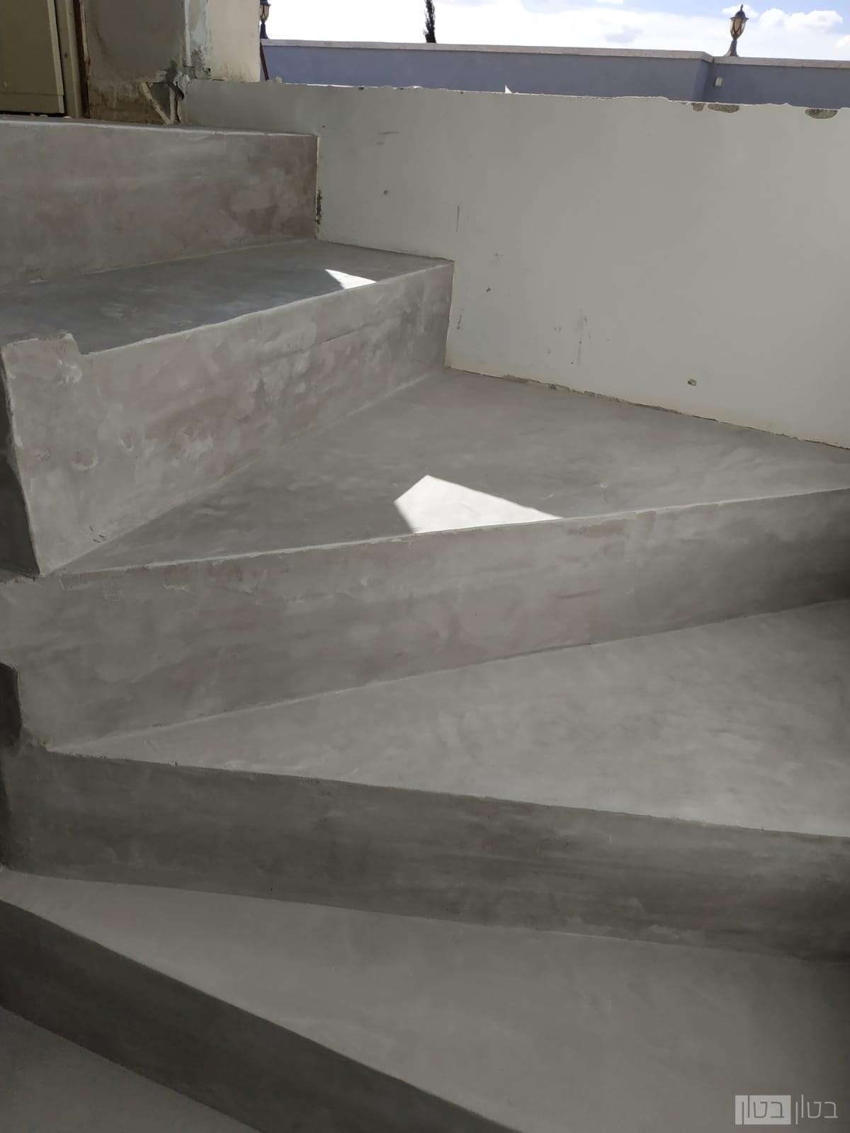 מדרגות מיקרוטופינג בגוון כהה