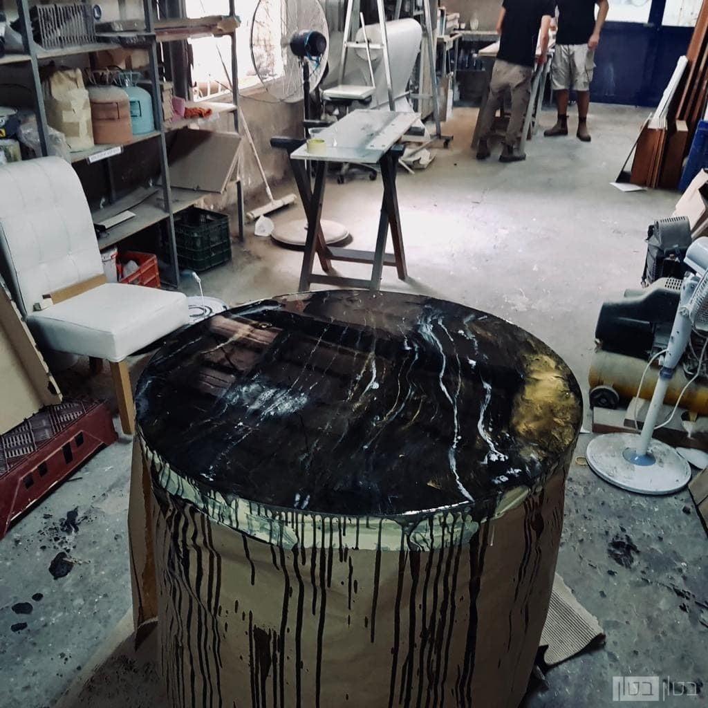 שולחן עגול בגימור ננו אפוקסי מוזהב עם שחור