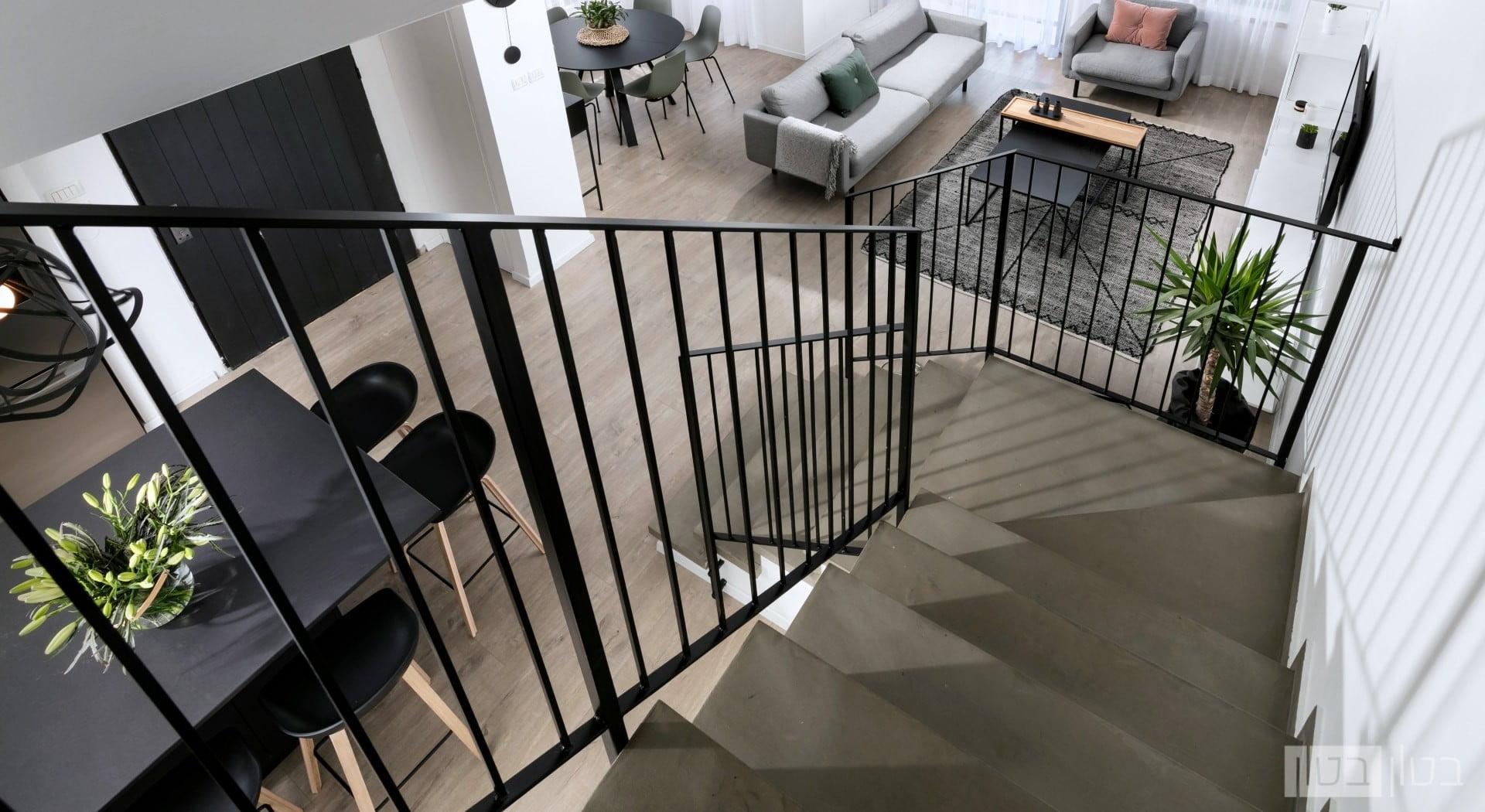 מדרגות ביתיות בחיפוי בטון מוחלק