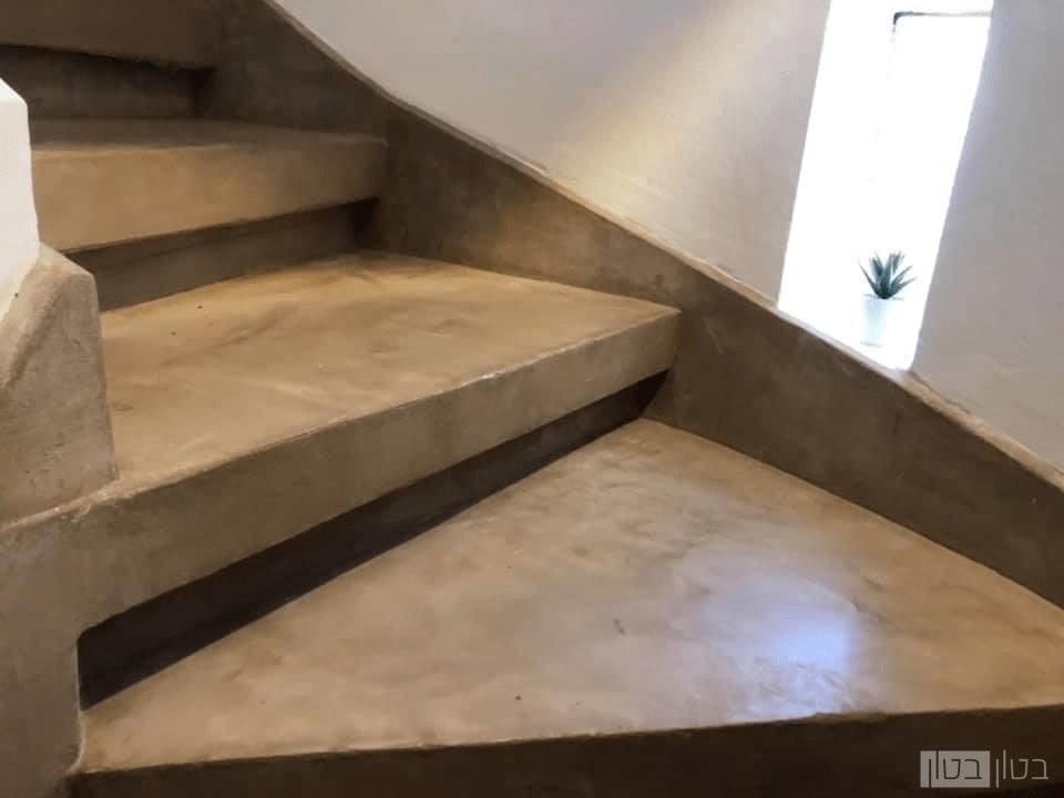 מדרגות בחיפוי בטון בצבע בז