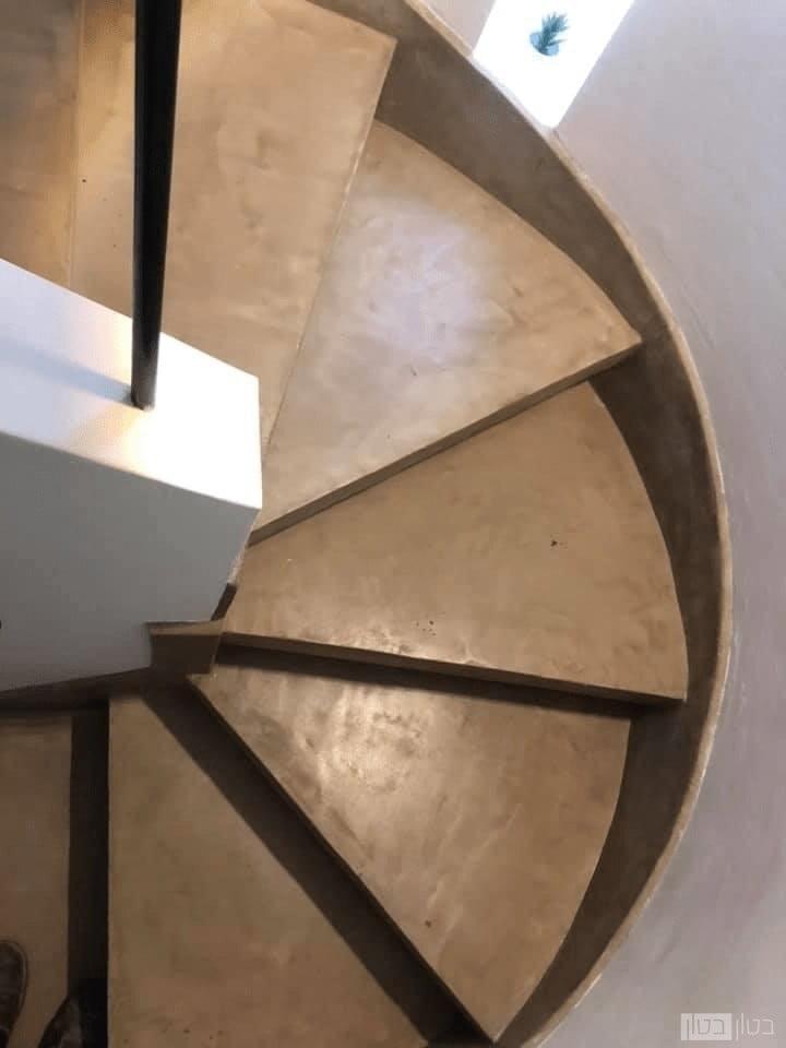 מדרגות ספירלה בחיפוי בטון מוחלק